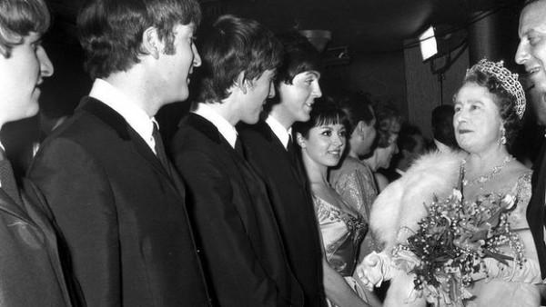 I Beatles con la Regina Madre alla Royal Command Performance del 1963 - Credits: web