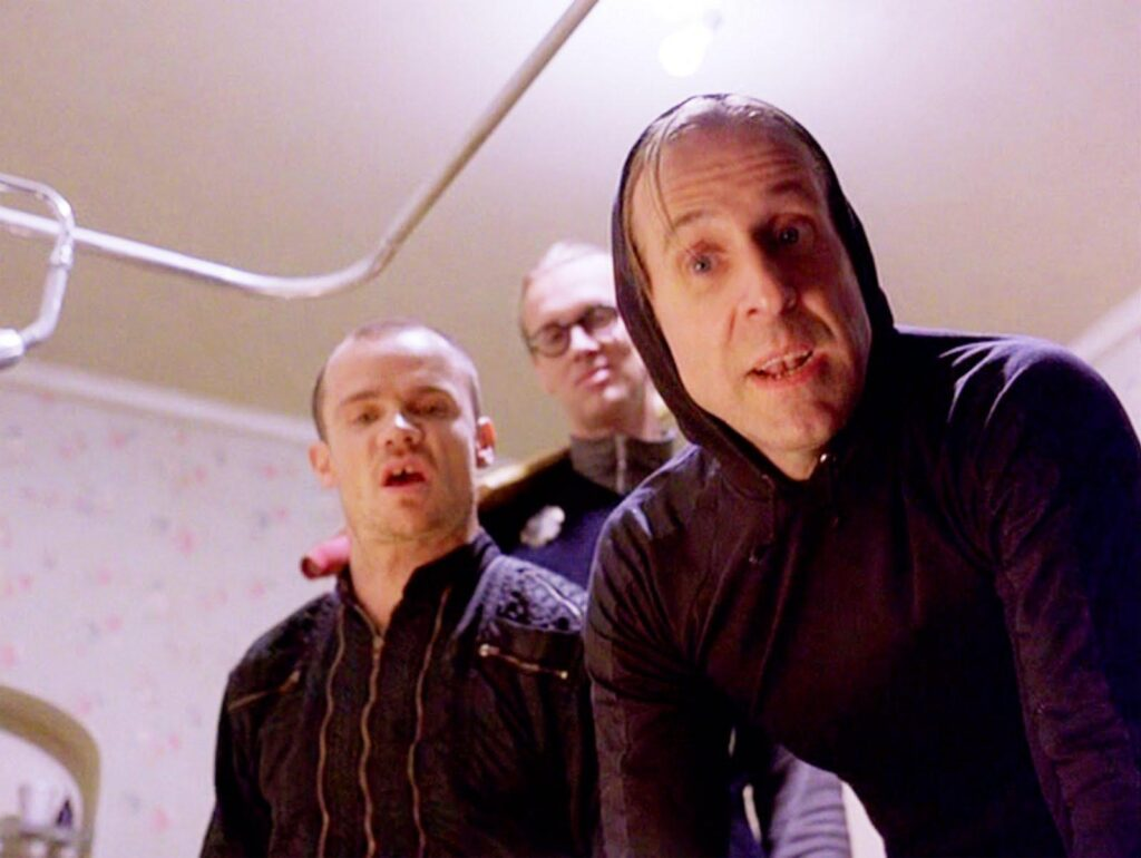 Flea (primo a sinistra) nel ruolo di uno dei tre nichilisti nel mitico film dei fratelli Cohen Il Grande Lebowsky - credits: web