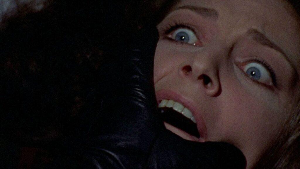 Frame tratto dal film horror L'uccello dalla piume di cristallo, in streaming su Amazon Prime Video