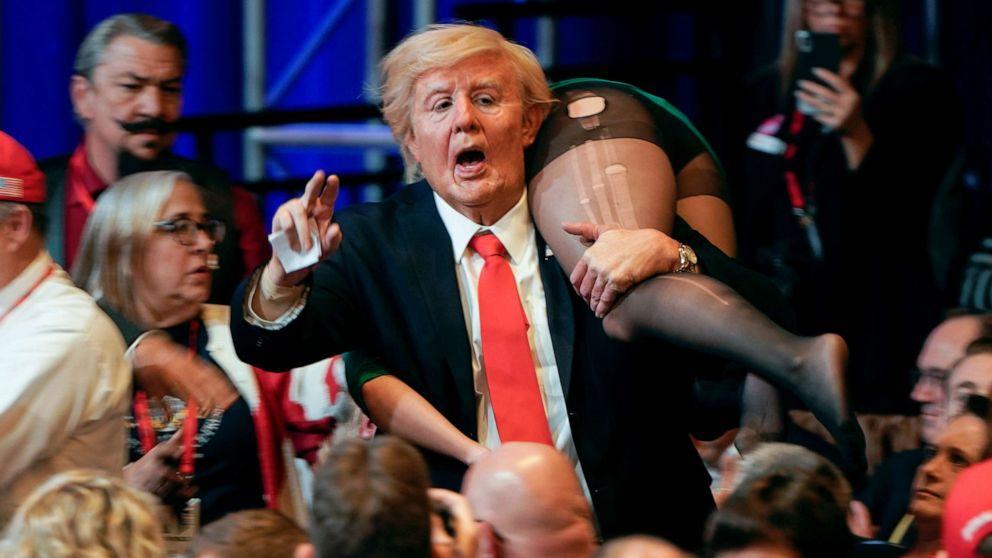 Baron Cohen travestito da Trump durante un vero rally repubblicano, Borat - Credits: web