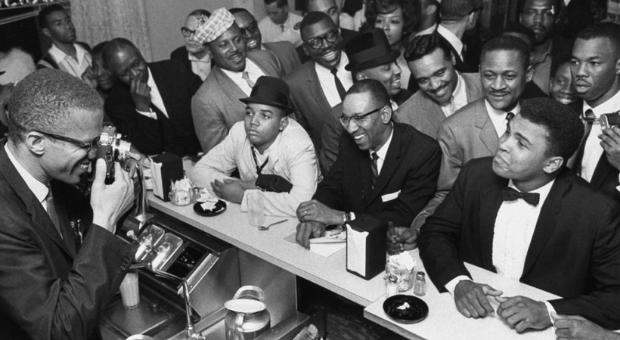 La vera notte a Miami, 25 febbraio 1964 - Malcolm X scatta una fotografia a Cassius Clay/Muhammad Ali - via web