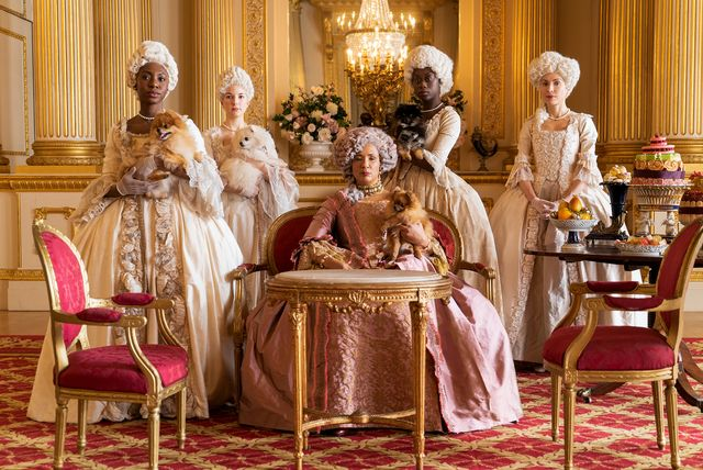 Golda Rosheuvel nei panni della regina Charlotte, al centro - Credits: Netflix