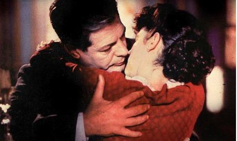 """Marcello Mastroianni e Giuliana De Sio in una scena de """"Le mani sporche"""". Credits: web."""