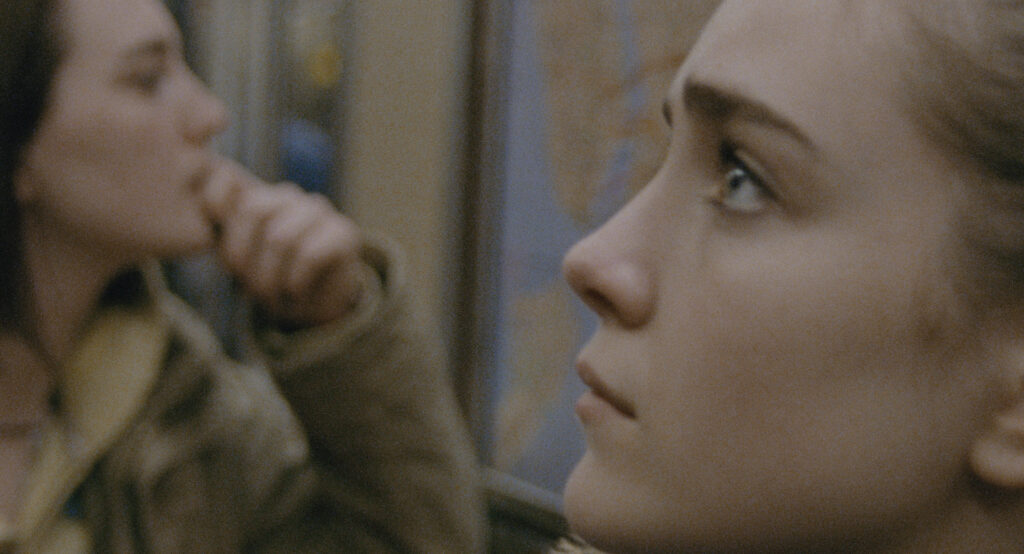 Sidney Flanigan e Talia Ryder in Never Rarely Sometimes Always - Credit: Focus Features