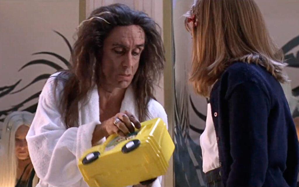 Iggy Pop in una scena di Tank Girl (1995)