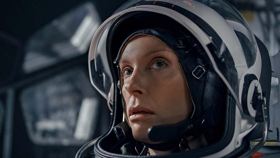 Toni Collette-Estraneo a bordo-Credits-Netflix