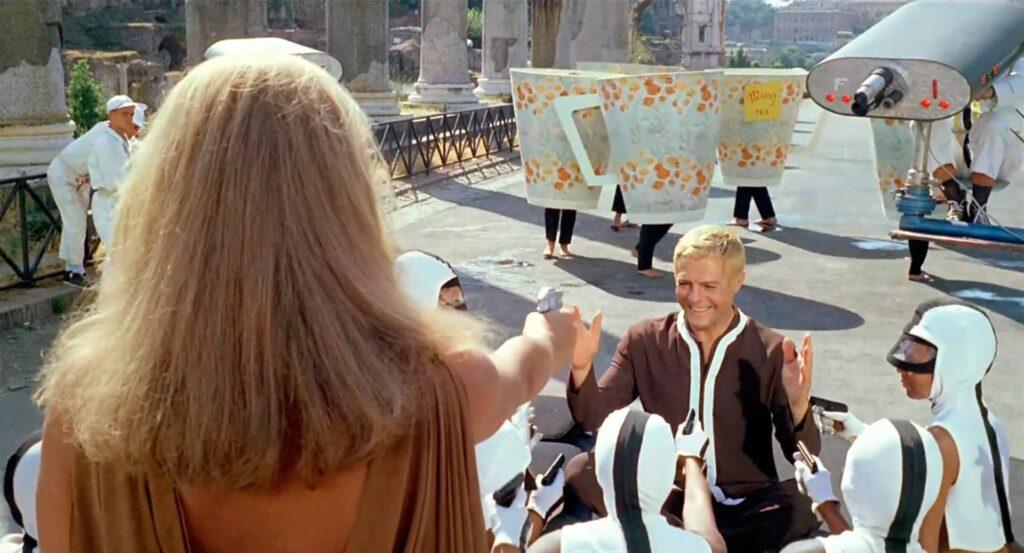 fantascienza umoristica anni '60: una scena da La decima vittima (Elio Petri, 1965)