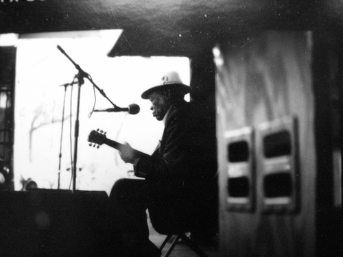 John Lee Hooker sul palco del Chicago Bluesfest nel 1986. Foto di Stevesworldofphotossu licenza CC BY-ND 2.0